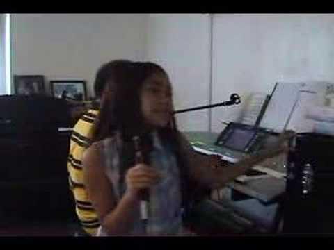 The Wacky Weirdo Show : Victoria Singing
