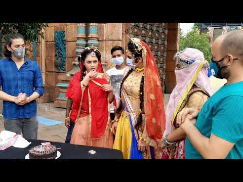 mallika's -radha birthday celebration on set , and OFFSCREEN masti  of sumedh, ishita ,mallika
