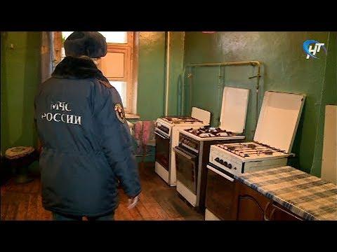Новгородские спасатели вышли в профилактический рейд по ветхому жилому фонду