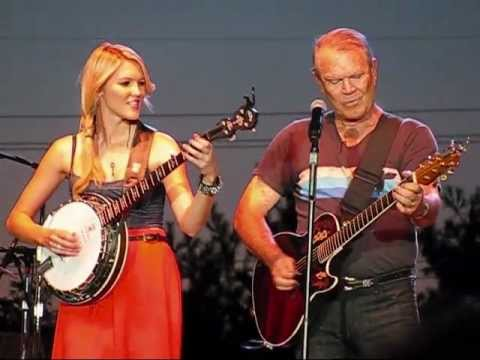 Glen Campbell Dueling Banjos, Wichita Lineman, and Rhinestone Cowboy July 27 2012 (видео)