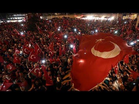 Τουρκία: Εορτασμοί και γενική εκκαθάριση σε στρατό και δικαιοσύνη