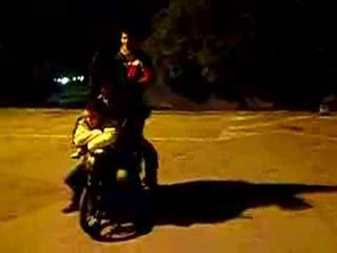 6 personas en una moto Scoopy