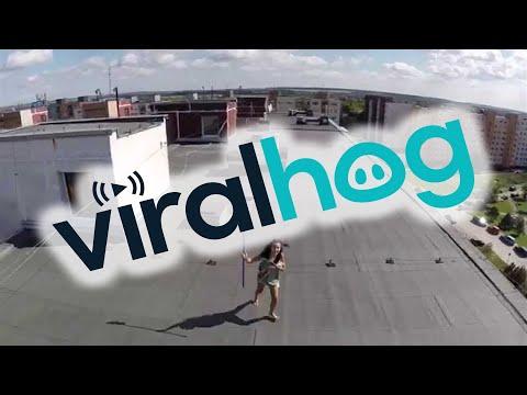 YouTube: mujer casi destruye dron que la grabó en topless