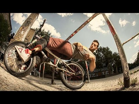 Parkouraaja kikkailee BMX-pyörällä – Näyttävää menoa!