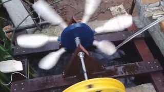 Uma pequena roda d'água para enfeitar o seu lago . Feita com 7 colheres de pau , ripas de telhado . Faça uma pequena roda com uma pedaço de compensado naval ...