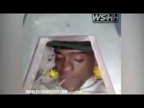 سجناء يشيعون صديقهم بسيجارة حشيش وهو في تابوت