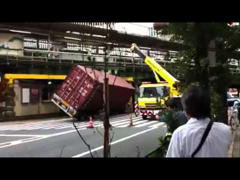 「[事故]東京・JR有楽町駅の高架に目測を誤ったトレーラーが見事に突っ込む。」のイメージ