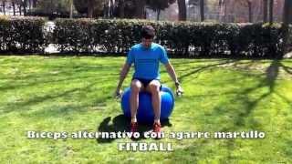Biceps alternativo sentado sobre fitball con mancuernas en agarre martillo