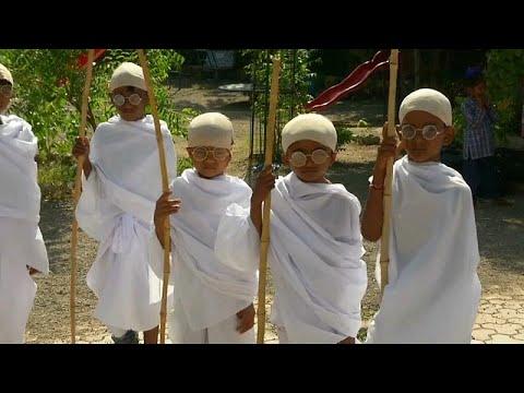 Μικροί Ινδοί μεταμφιέστηκαν σε Μαχάτμα Γκάντι