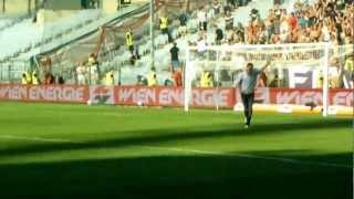 Peter Stöger feiert mit Fans Derby-Sieg gegen Rapid