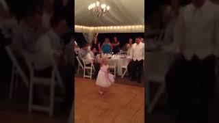 Goście są zdumieni tym jak dziewczynka tańczy na weselu, ale gdy muzyka się zmienia pękają ze śmiechu.