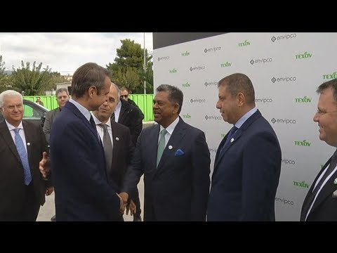 O Πρωθυπουργός στα εγκαίνια της πρώτης μονάδας παραγωγής μηχανημάτων ανταποδοτικής ανακύκλωσης.