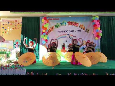 """Tiết mục múa """" Cô giáo về Bản"""" của các cô giáo Trường MN Trường Sơn biểu diễn."""