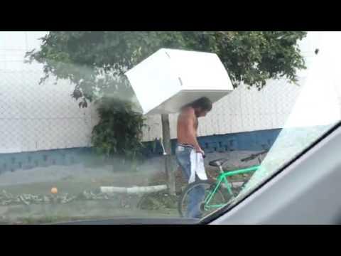 巴西男子為了可以快速搬運冰箱,最後他決定用這種方式來完成…
