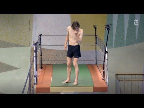 Добровольцы пробуют прыгнуть в бассейн с 10-метровой вышки