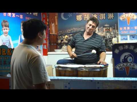 土耳其冰淇淋老闆不賣了!這樣的客人...老板生氣不賣了!