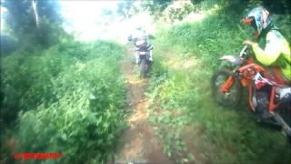 """""""Co to k*rwa było?!"""" – Dziwna postać przewraca motocyklistę i ucieka w pole!"""