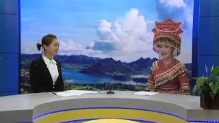 Laj Tsawb singing kwv txhiaj in an interview