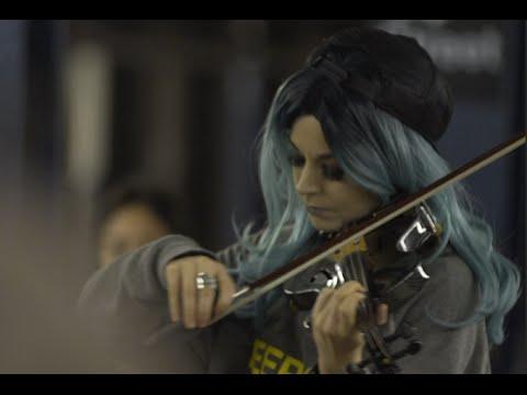 紐約地鐵裡女孩正演奏小提琴,無數路人經過,卻不知道自己正錯過一場要價上億的表演…