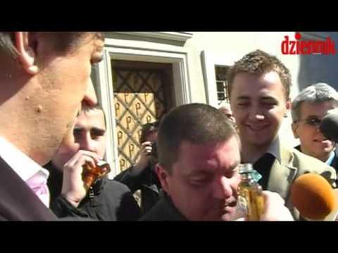Palikot pokazuje, jak pije prezydent