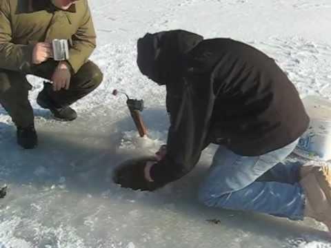 Pêche sur glace: Cet esturgeon est presque trop gros pour le trou!