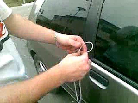 他用「一條鞋帶」對著車窗拉了幾下後,接下來的「神奇成果」可能有天可以救你一命!