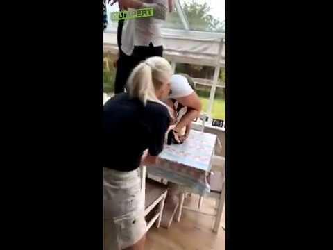 Kiedy blondyna chce zaszaleć na stole, ale jej stan na to nie pozwala