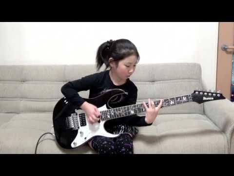 8歲小女孩拿起電吉他時大家都以為她在亂玩,怎知她的手一彈後…耳朵都高潮了!