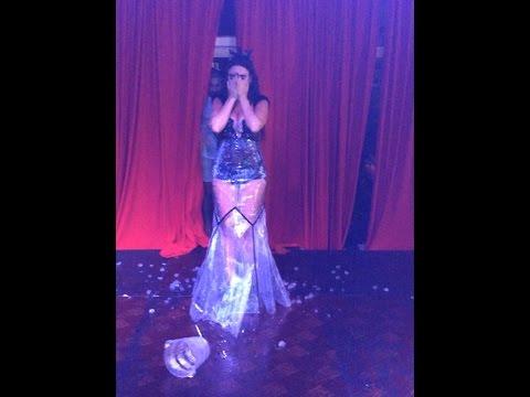 «ماريا» تتحدى «كاردشيان» بـ«دلو الثلج» علي خشبة المسرح
