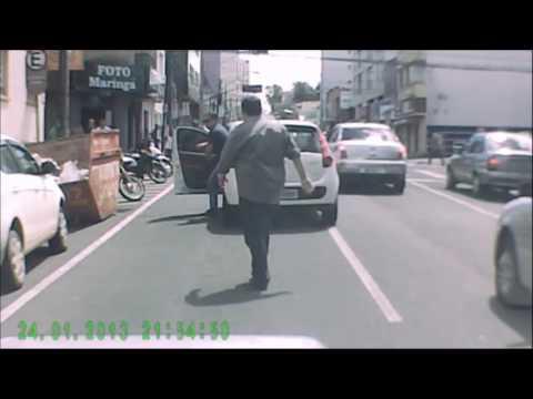 Vídeo flagra briga de trânsito no Centro de Ponta Grossa - Paraná