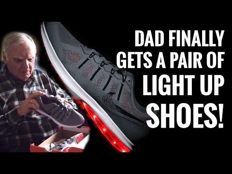Mies saa uudet vilkkuvat kengät – Reaktio on aikamoinen!