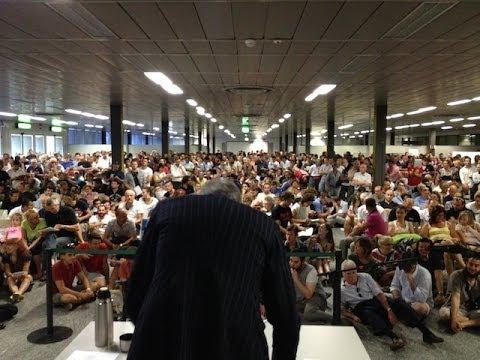 Folla ordinata per l'asta degli oggetti smarriti di Malpensa
