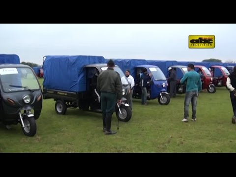 Arnaldo entrega motocarros en plena campaña electoral