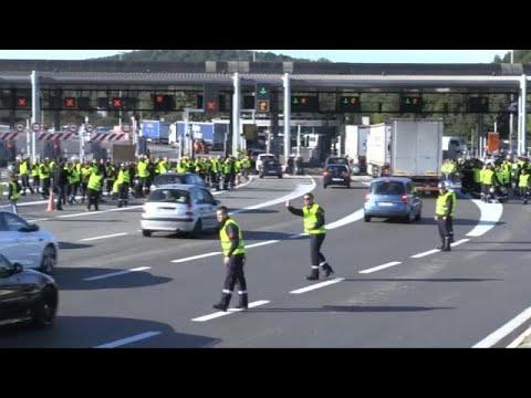 Frankreich: Gelbwesten blockieren die Straßen