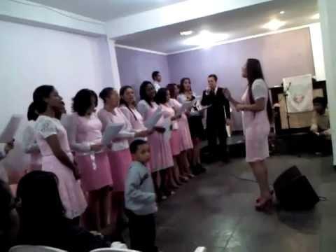 Irmãos da Igreja Nova Aliança cantando o hino Meu Milagre