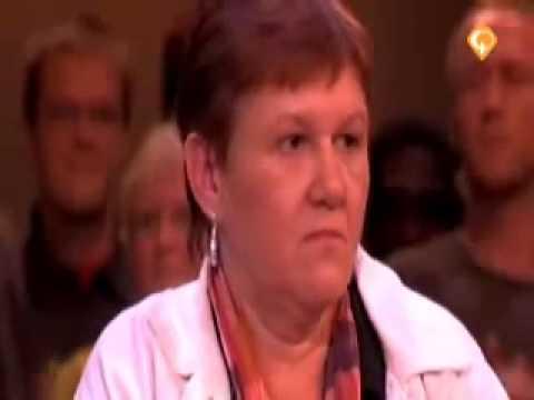 Rechter - Geweldige emotionele reactie van Mevrouw van de Broek. De situatie: Mevrouw van de Broek (bejaarde vrouw) loopt altijd door de tuin van Mevrouw van de Berg o...