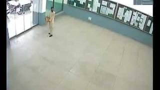 Estudiante pakistaní vs puerta