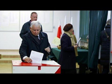Πολωνία: Εκλογικό προβάδισμα στους συντηρητικούς δείχνουν οι δημοσκοπήσεις