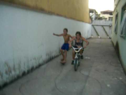 Tombo Engraçado de Skate e Bicicleta