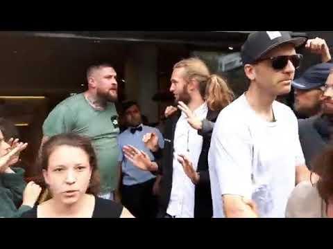 Веганы безуспешно пытаются помешать голодному мужчине войти в Макдоналдс