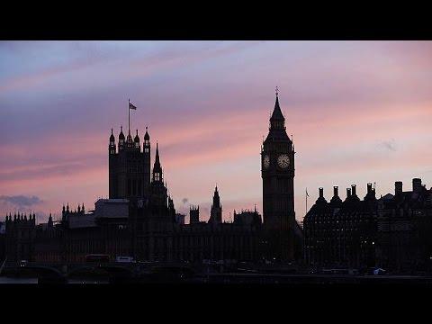 Μ. Βρετανία:«Πάγωσαν» τα κοινοβούλια σε Λονδίνο και Εδιμβούργο