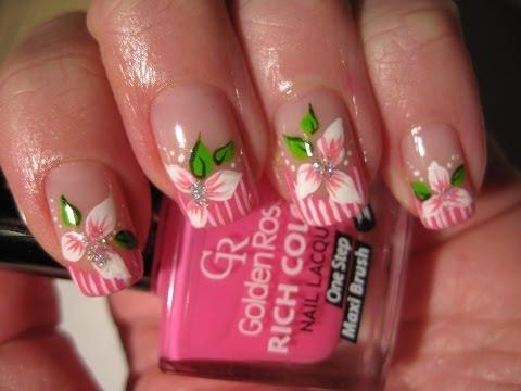 nail art con fiore e punta a strisce