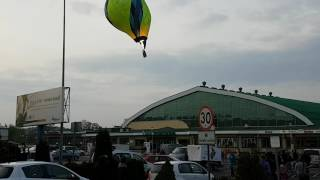 Balon uderza w dach hali sportowej w Krośnie… ręce Ci się spocą.