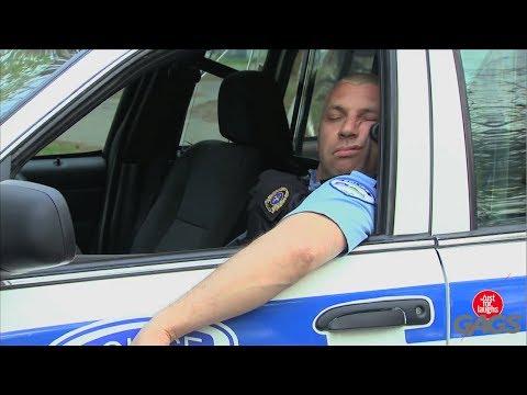 Trêu cảnh sát ngủ gật trong ô tô