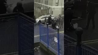 بالفيديو.. مجموعة من اليهود يعتدون بالضرب على شرطي مرور بريطاني