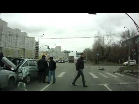 Автобус таранит ВАЗ-2112!