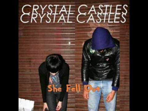 Tekst piosenki Crystal Castles - She Fell Out po polsku