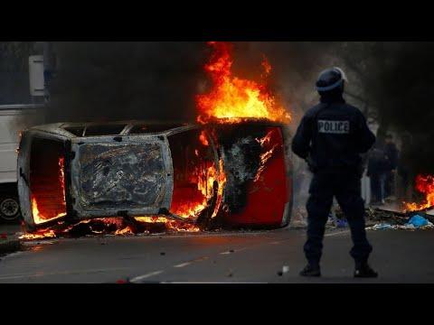 Frankreich: Ausschreitungen bei Protesten - Autos stehen in Flammen