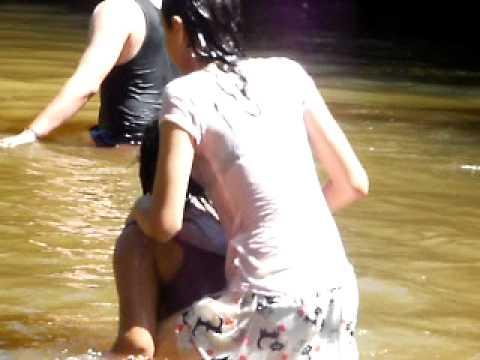 年輕男女們在河裡玩水,0:55秒時別看傻眼,亮點來了....