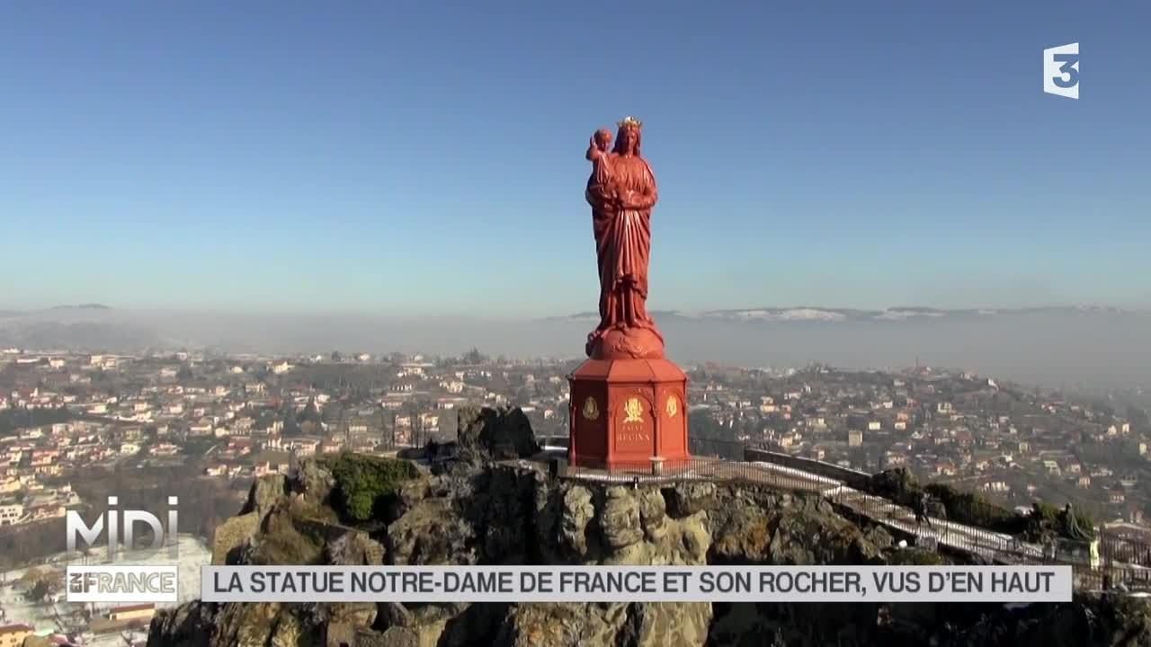 La statue de la vierge vue d'en Haut Midi en France MARS 2015